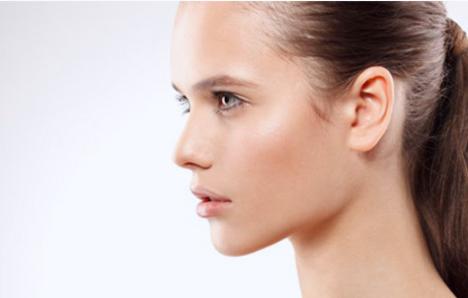Инъекции препаратами ботулинотоксина типа А, призванные бороться с мимическими морщинами, птозом овала лица, опущением уголков рта и асимметрией бровей. В нашем центре используется Диспорт, зарекомендовавший себя в качестве надежного препарата для ботулинотерапии. Уколы расслабляют мышцы, отвечающие за мимику, что дает устойчивый лифтинг кожи – морщины разглаживаются, овал приобретает четкий контур. Результат инъекций Диспорта заметен сразу после процедуры, а более выраженный эффект проявляется через неделю.